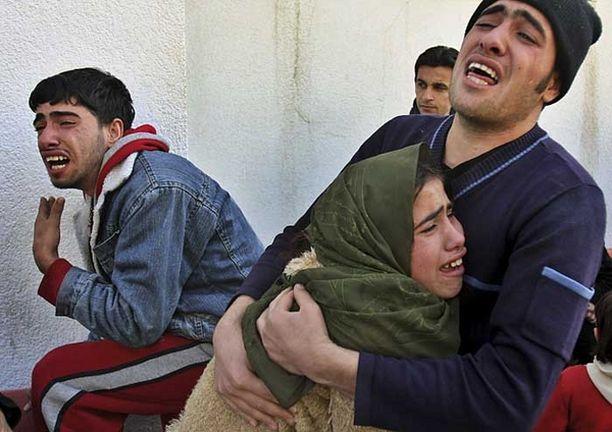 Palestiinalaiset surevat Israelin iskussa kuollutta äitiään.