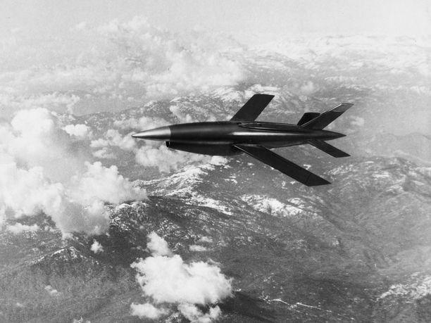 Lentävä maali. Yhdysvallat kehitti lennokkitekniikan saadakseen aidon tuntuisia maaleja, joilla harjoitella ilmapuolustusta. Yhdistelmäkuvassa Ryan Aeronauticsin 50-luvun lopulla rakentama Firebee Q-2C.