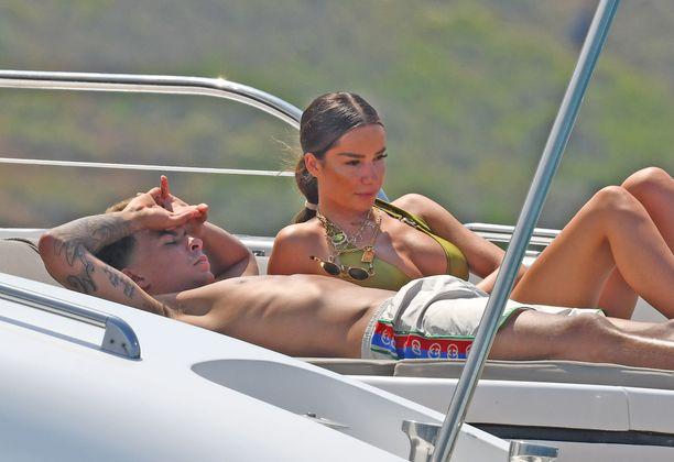 Dele Alli lomaili tyttöystävänsä kanssa heinäkuussa. Kuva St Tropezista.