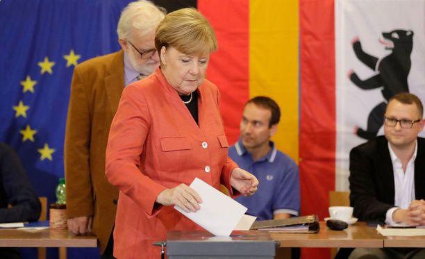 Merkel äänesti iltapäivällä sunnuntaina Berliinissä lähellä kotiaan yhdessä aviomiehensä Joachim Sauerin kanssa.