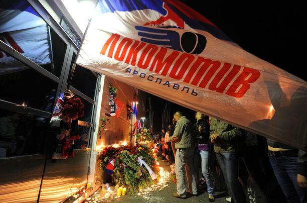 Onnettomuuspäivän iltana ihmiset kokoontuivat Lokomotiv Jaroslavlin areenalle sytyttämään kynttilöitä.