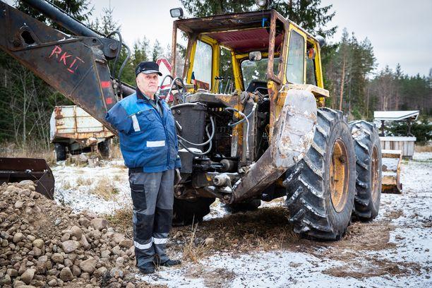 Kokkola on itse rakentanut traktoristaan traktorikaivurin.