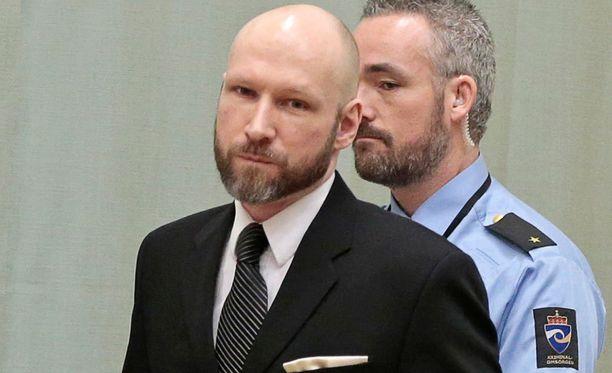 Breivikin käytössä on kolme hyvin varusteltua selliä ja säännöllinen yhteys vanginvartijoihin, asianajajaan ja vankilan hyväksymiin vierailijoihin.