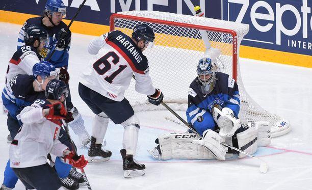 Juuse Saros vartioi Suomen maalia Slovakiaa vastaan.