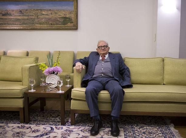 Rafi Eitan sai Adolf Eichmannin kiinni Buenos Airesissa vuonna 1960. Eichmannilta saadut tiedot johtivat Mengelen jäljille, mutta tämä ei palannut asunnolleen.