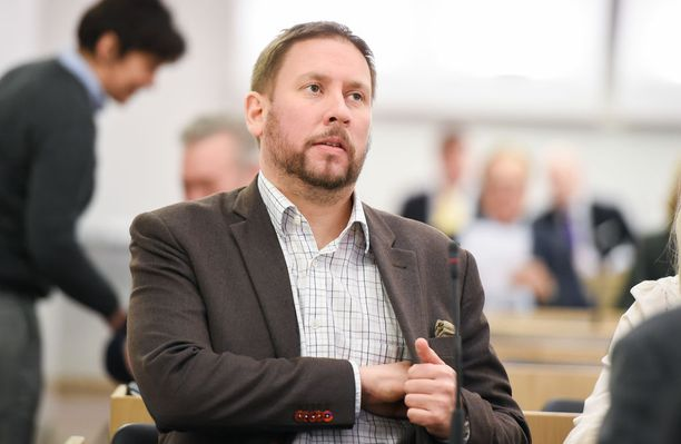 Perussuomalaisista sinisiin loikannut Timo Soini kutsui edellisellä vaalikaudella pienpuolueita takiaispuolueiksi. Nyt Paavo Arhinmäki kutsuu Soinin puoluetta takiaisryhmäksi.