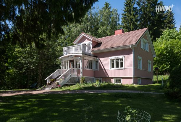 Suojaisessa pihapiirissä Lohjalla sijaitsee hurmaava vaaleanpunainen puutalo. Rohkea ulkomaali vihjaa, että talon sisälläkin on uskallettu kokeilla jotain erilaista.