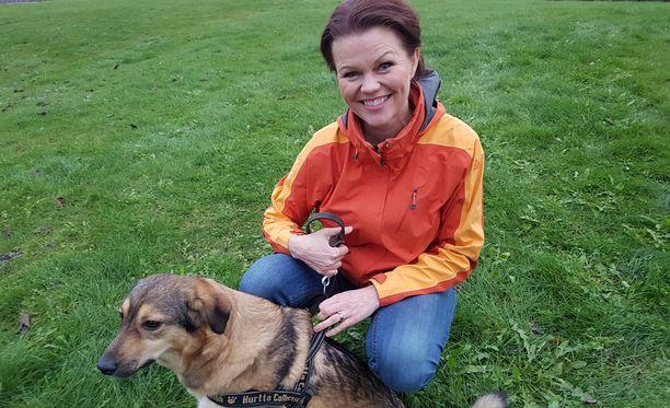 Karita lenkkeilee sekarotuisen Alina-koiransa kanssa, opettaa joogaa ja itsensä hoitamista ja tekee juontotöitä edelleen.
