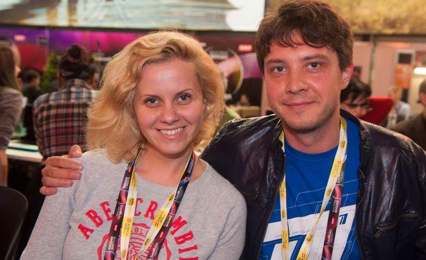 Anna Bagrova ja Valentin Krasnov ovat tv-toimittajia Moskovasta, kanava 1:n maan suosituimmasta keskusteluohjelmasta.