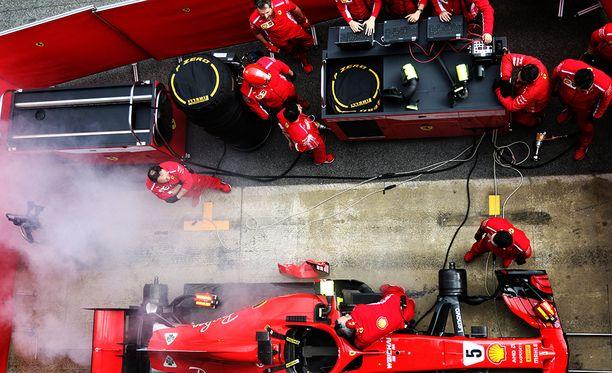 Sebastian Vettelin auto savutti varikkopilttuussa.