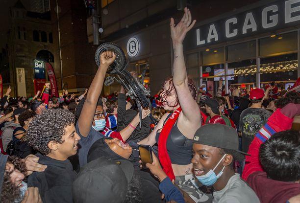 Canadiens-fanit ryntäsivät kaduille juhlimaan myös kolmannen välieräpelin jälkeen.
