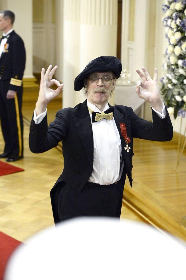 """Pertti """"Veltto"""" Virtanen ei luopunut persoonaansa kuuluvasta baskeristaan edes Linnassa. Käsimerkit olisivat kuitenkin saaneet jäädä tekemättä."""