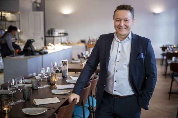 Santtu Kiilin vastuulla on Bassin lisäksi Turun alueella toimiva ravintola-alanyritys Manu Events, joka pitää sisällään niin lounaspaikkoja, juhlatiloja kuin saunoja Turun kattojen yllä. Kuvassa Kiili on Turun Bassin ravintolasalissa.