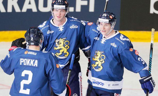 Ville Pokka ja Olli Palola (oik.) onnittelevat 1-1-maalin tehnyttä Juuso Puustista.