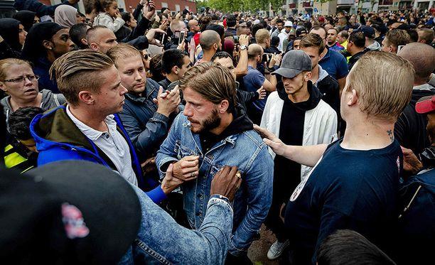 Paikalle saapui myös Ajaxin keskikenttäpelaaja Lasse Schöne (kesk.).