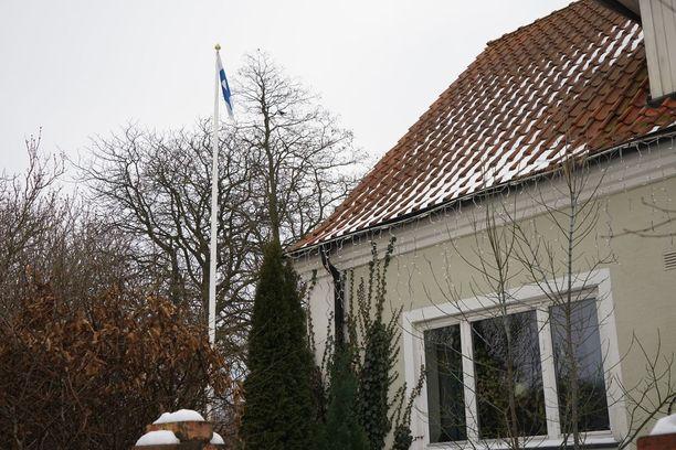 Talon pihassa olevassa lipputangossa liehui maanantainakin Suomen lippu.