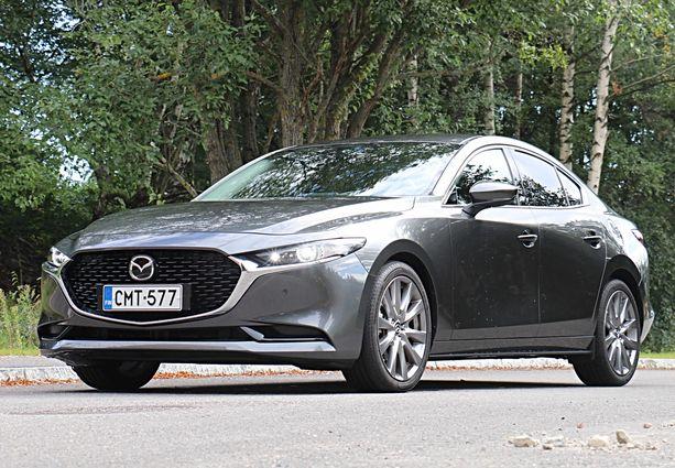 Mazda 3 on tyylikkään näköinen sedan.