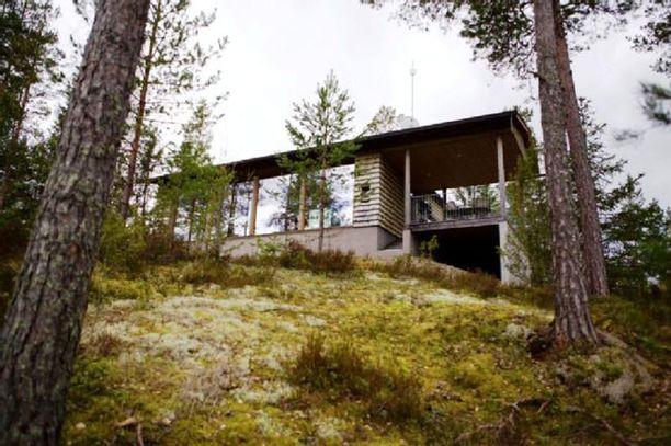 Talo sijaitsee kallion päällä.