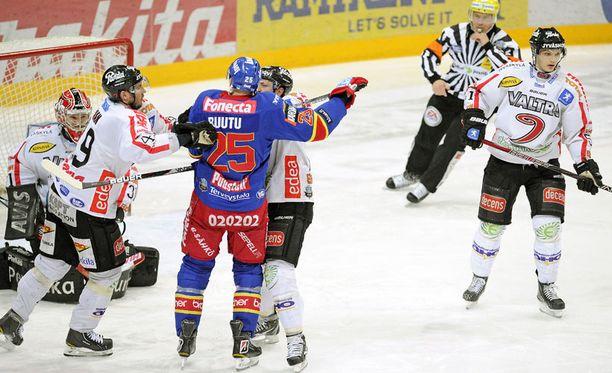 Tästä tilanteesta Jarkko Ruutu otti jäähyn, joka kävi Jokereille kalliiksi.