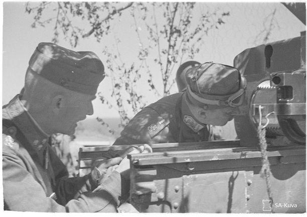 Vakoilija Pentikäinen oli muun muassa luovuttanut puna-armeijan vakoilulle tykistökenraali Nenosen kuuluisan tulenjohtomenetelmän tarpeisiin laaditut ilmakuvakartat Karjalan kannakselta. Kuvassa kenraaliluutnantti Vilho Petter Nenonen ja marsalkka Mannerheim tarkastavat tykinputkea jatkosodan aikana.