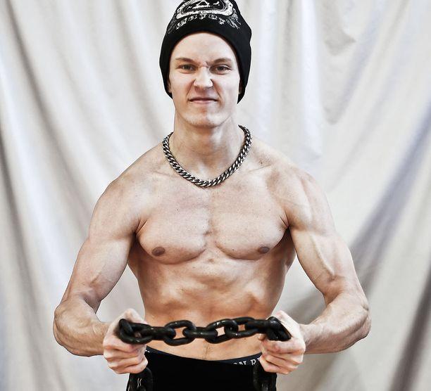 Väinö Kivistö on 177 senttiä pitkä ja painaa harjoituskaudella 75-80 kiloa. Hänen penkkituloksensa on 17-vuotiaiden poikien 75-kiloisten sarjassa maailmanennätys.