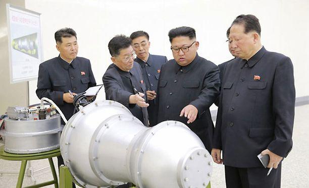 Kim Jong-un uutiskuvassa, joka on otettu syyskuussa 2017. Kuvassa hänen kerrotaan tarkastelevan ydinkärkeä tai sen mallikappaletta.