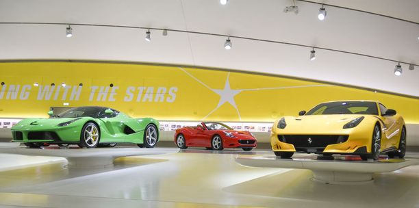 Värikkäitä superautoja: vasemmalta oikealle vihreä LaFerrari, punainen California ja keltainen F12tdf (Tour de France).