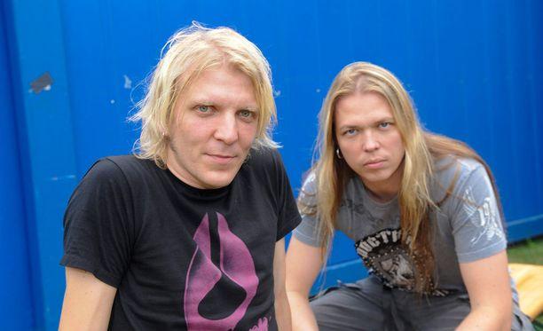 Apocalyptican rumpali Mikko Sirén (vas.) parantelee ainakin tämän viikon ajan selkävammaansa. Oikealla sellisti Eicca Toppinen.