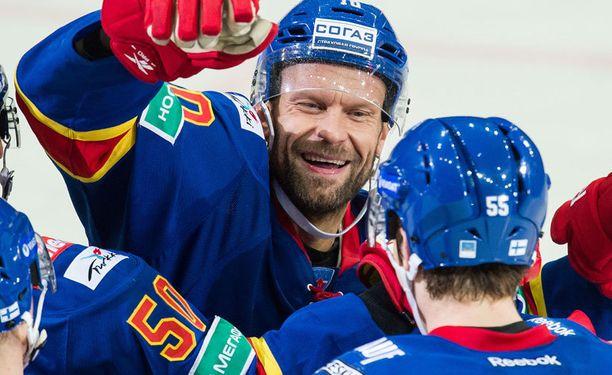 Jere Karalahti jatkaa uraansa Teemu Laineen seurakavarina HV71:ssä.
