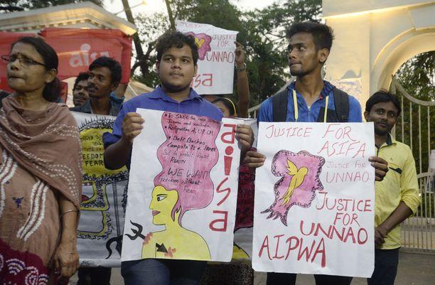 Mielenosoittajat vaativat Kalkutassa viime perjantaina oikeutta Jammun ja Kashimirin sekä Uttar Pradeshin raiskausten uhreille.