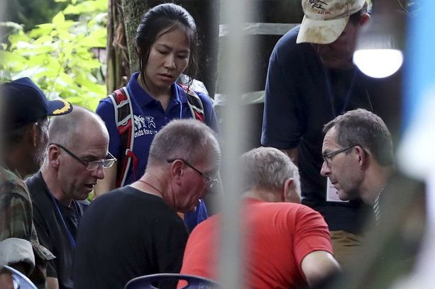 Kuvassa Rick Stanton (vas.), Robert Harper (toinen oikealta) ja John Volanthen (oik.).