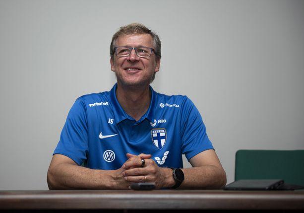 Markku Kanerva esiintyi hyväntuulisena Zenicassa Suomen maajoukkueen hotellilla.