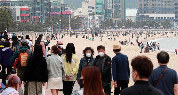 Etelä-Korea tekee edelleen töitä koronavirusepidemian torjumisessa. Maa on kuitenkin pystynyt palaamaan normaalimpaan arkeen kuin moni muu valtio. Kuvassa eteläkorealaisia Busanissa.