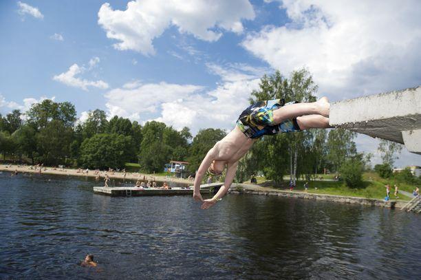 Kylmä ja sateinen sää on muuttumassa vähitellen paremmiksi uimakeleiksi.