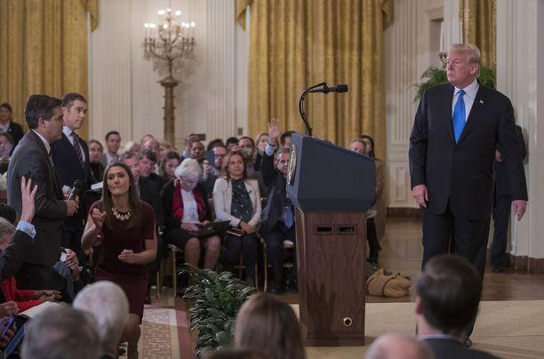 Harjoittelija hiipi Acostan viereen ja yritti viedä häneltä mikrofonin, kuten presidentti määräsi.