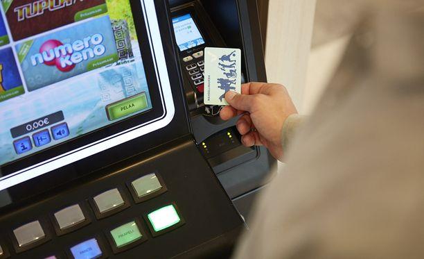 Hajasijoitettujen raha-automaattien pakollista tunnistautumista aikaistetaan. Pakollinen tunnistautuminen otetaan vaiheittain käyttöön vuosien 2020-2022 aikana.
