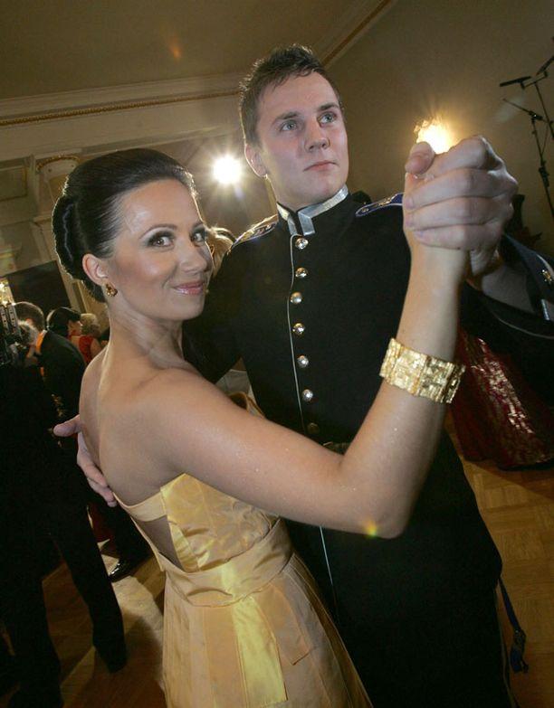 Ensikohtaaminen Linnan juhlissa 2007 muistui Jaanan ja Nikon mieleen seurustelun alettua.