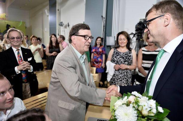 Europarlamentaarikko Paavo Väyrynen ja puheenjohtaja Juha Sipilä onnittelivat toisiaan keskustan eurovaalivalvojaisissa toukokuussa 2014.