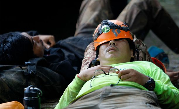 Thaimaalaiset pelastustyöntekijät uupuneina kadonneiden poikien etsintöjen jälkeen viime viikon keskiviikkona Chiang Raissa.
