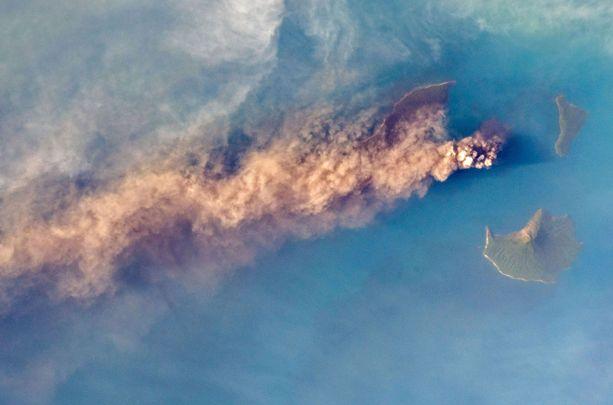 NASAn 23. joulukuuta julkaisemassa kuvassa näkyy Anak Krakatau purkautuminen.