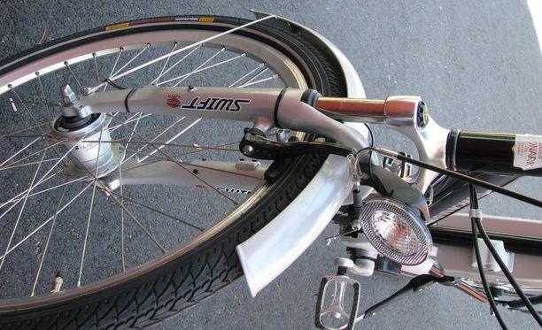 Mönkijä oli vaurioittanut polkupyörätelineessä olleita pyöriä. Kuvituskuva.