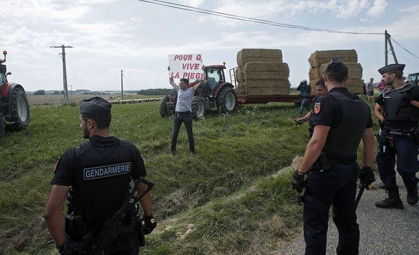 Maanviljelijät osoittivat mieltä Ranskan hallitukselle.