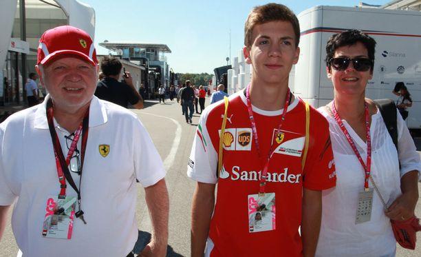 Fabian Vettel on jo pyörinyt F1-varikoilla. Kuvassa nuorukaisen rinnalla ovat isä Norbert ja äiti Heike.