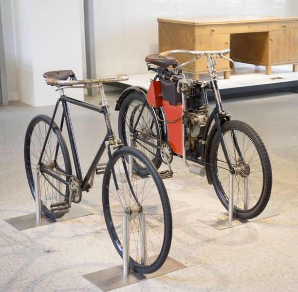 Tästä alkoi Škodan tarina. Ensin Laurin & Klement valmisti polkupyöriä, joihin sittemmin liitettiin apumoottori. Tästä yhdistelmästä kehittyi lopulta oikea moottoripyörä ja siitä auto.