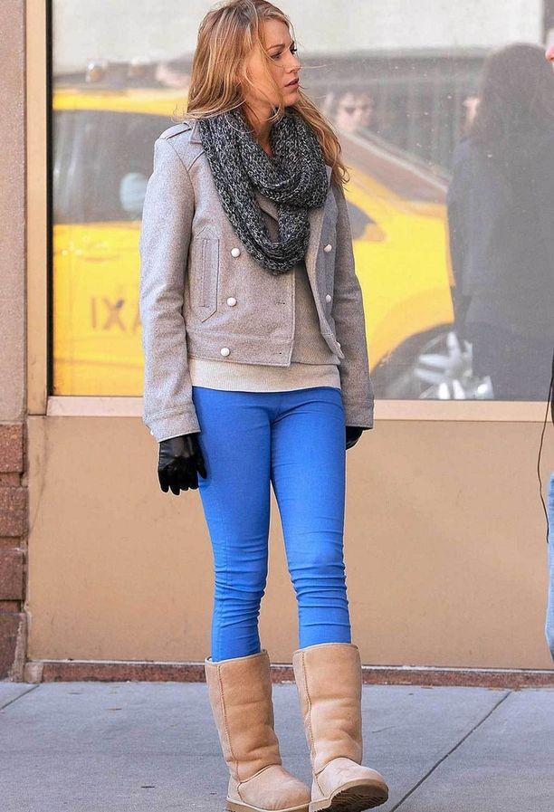 Näyttelijätär Blake Lively UGG:it jalassaan Gossip Girl-sarjan kuvauksissa.
