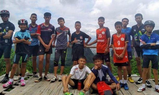 Thaimaalaisen jalkapallojoukkueen pojat valmentajansa kuvaamina ennen katoamistaan kesäkuun lopussa 2018.