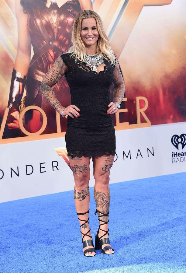 Madeleine Vall Beijner Wonder Womanin ensi-illassa. Näyttelijä kertoo Narrativelyn haastattelussa, kuinka hänestä tuntui oudolta nähdä itsensä valkokankaalla ilman tatuointeja.