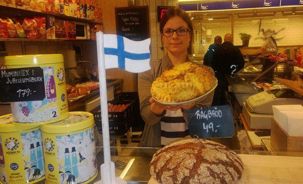 Karjalanpiirakat, savuliha, ruisleipä ja leipäjuusto ovat Tukholman kauppahallin suomalaiset hittituotteet. Elisa omistaa perheensä kanssa Finska Butiken –kaupan hallissa Tukholman keskustassa.