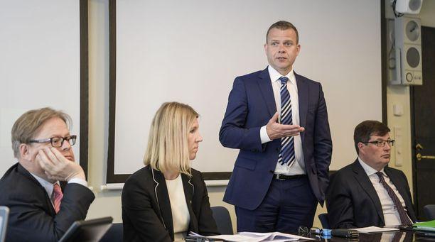Kokoomuksen Juhana Vartiainen (vas.) Sari Multala, Petteri Orpo ja Arto Satonen.
