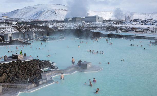 Kuumissa lähteissä uiminen kuuluu Islannin erikoisuuksiin.